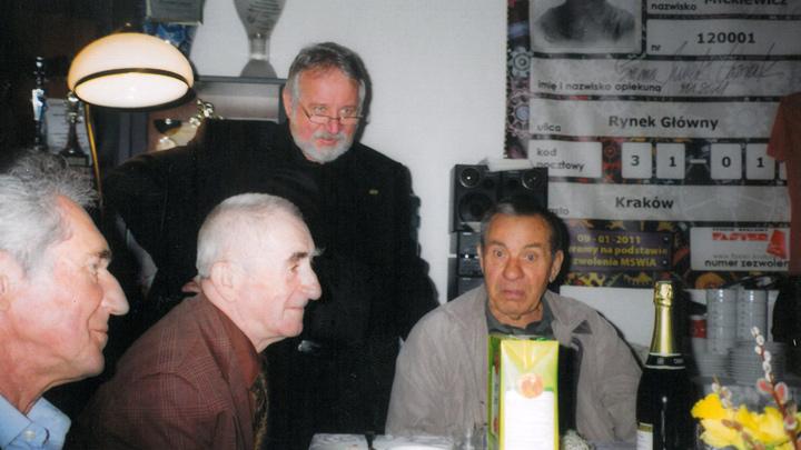 Dr hab. Jan Bestry wraz z członkami klubu.