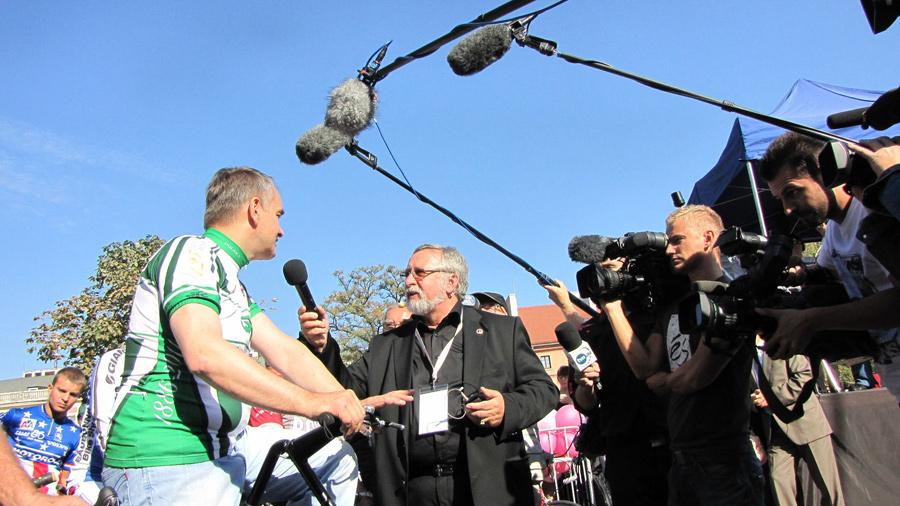 Prezes Warszawskiego Towarzystwa Cyklistów rozmawia z Waldemarem Pawlakiem