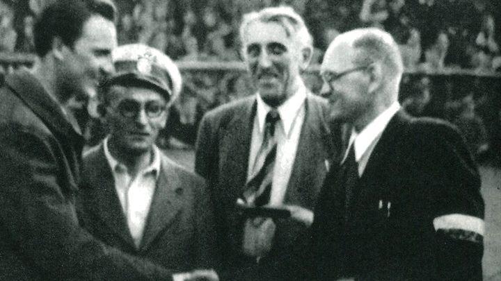 Na zdjęciu od lewej: red. Bohdan Tomaszewski, Leon Bestry oraz przedstawiciele PZKol. i sędziowie zawodów, które odbyły się 1 czerwca 1947 roku - Franciszek Szymczyk i Stanisław Czerniak.