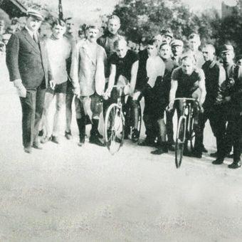 Start do wyścigu finałowego podczas pierwszych torowych mistrzostw Polski na Dynasach (1921).