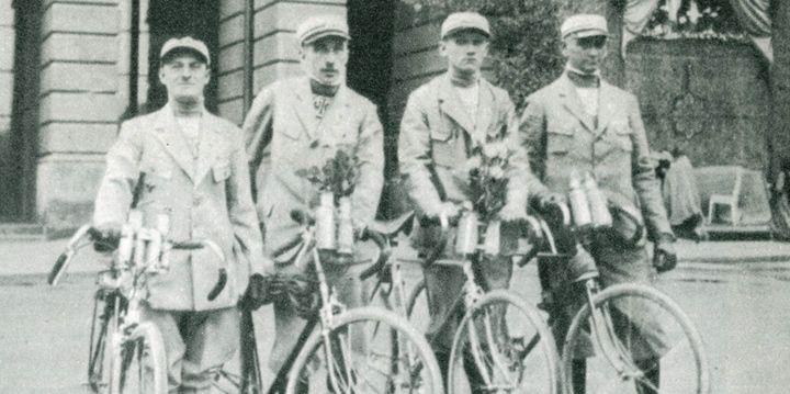 Uczestniczy wycieczki kolarskiej, tuż przed wyjazdem z Warszawy.