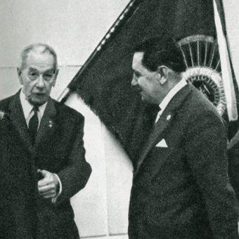 Zmiana warty z WTC. Z lewej honorowy prezes WTC – Zdzisław Gędziorowski i nowy prezes Towarzystwa Henryk Narojek.