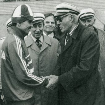 Najstarsze i najnowsze dzieje polskiego kolarstwa łączą się na tym zdjęciu, które zostało wykonane podczas wigilii 100-lecia WTC. Dawni i współcześni zawodnicy i działacze.