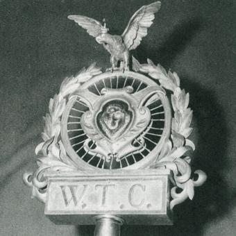 Głowica sztandaru WTC, która ocalała z zawieruchy wojennej.