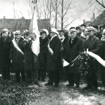 Przed pomnikiem pochylił się sztandar Warszawskiego Towarzystwa Cyklistów.